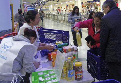 voluntarias recogiendo alimentos en un Carrefour de Vigo