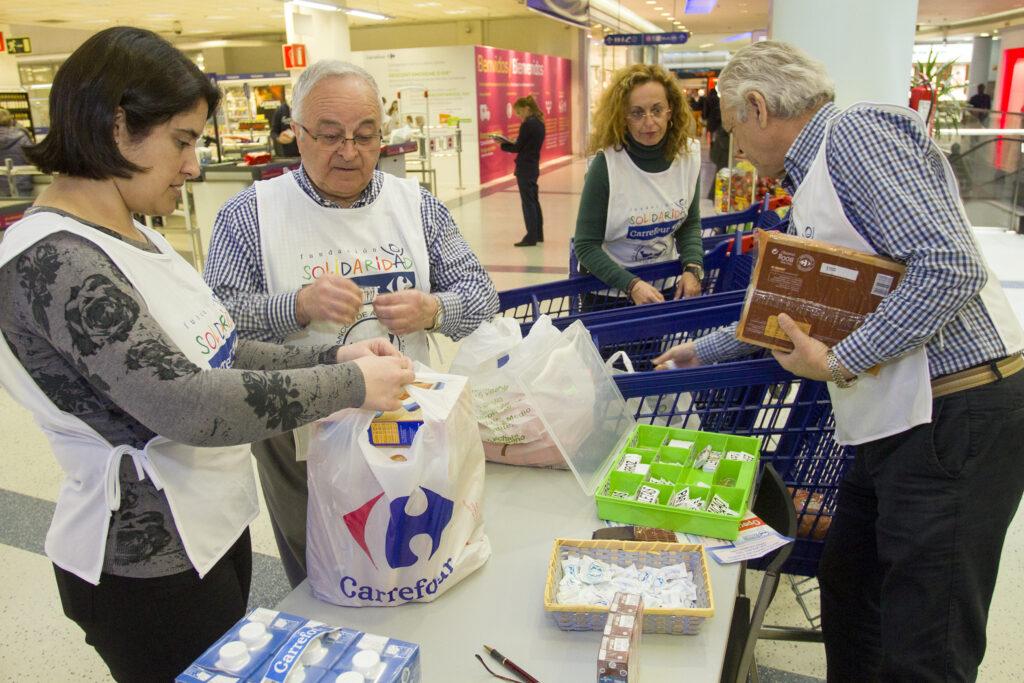 voluntarios clasificando alimentos en Carrefour
