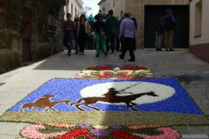 Una de las alfombras florales dedicadas a Don Quijote el día grande de la Coca.