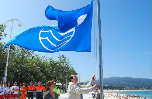 Izado de bandera azul en la playa de Argazada, en Samil