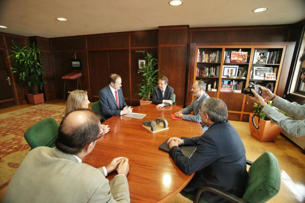 Reunión del alcalde de Vigo, Abel Caballero, con  el responsable de PSA Peugeot Citroën Vigo, Yann Martin