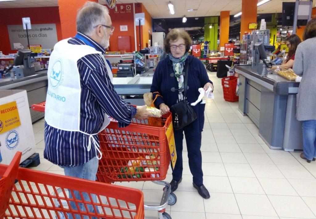 donación a voluntario Operación Kilo en Moaña