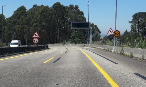 Uno de los tramos de la autovía en el cual hay dos señales con dos límites de velocidad distintos: uno de 60 km/h y otro de 80/ Foto:vigoalminuto.com