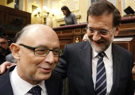 El ministro de Hacienda y Administraciones Públicas, en funciones, Cristóbal Montoro, y el presidente del Gobierno, en funciones, Mariano Rajoy