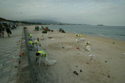 Personal de limpieza y los primeros bañistas coincidieron en la playa