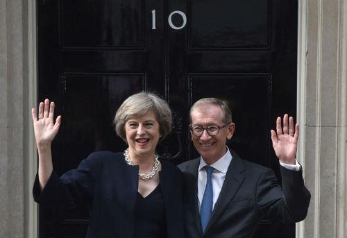 La nueva primera ministra y su marido ante la puerta del 10 de Downing Street