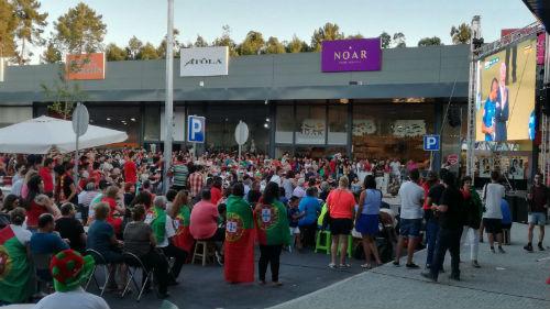 Aficionados portugueses siguiendo la final en el nuevo centro comercial Río Park de Monçao