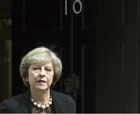 Theresa May delante de la puerta de la que será su nueva casa: la residencia de los primeros ministros de Reino Unido: el número 10 de Downing Street, en Londres