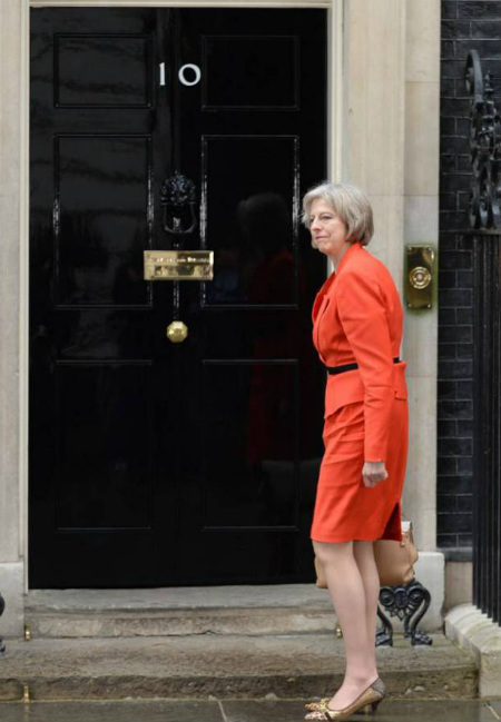 Theresa May delante de la puerta del 10 de Downning Street, la casa de los primeros ministros del Reino Unido