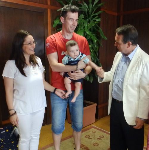 Vigo y sus padres con el alcalde de Vigo