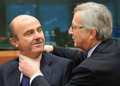 Juncker, presidente de la Comisión Europea, cogiendo por el cuello a su amigo, el ministro español de Economía, en funciones, Luis De Guindos