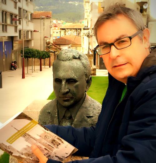 Jesús Manuel García, juntto a una de los bustos de Antonio Palacios e O Porriño/ Fotografía: Valentín Escudero