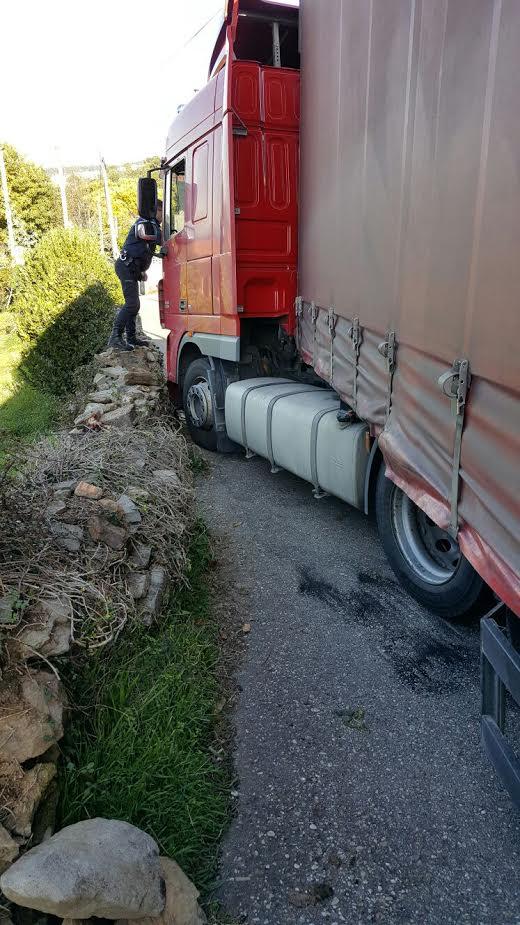 camion-atrapado02