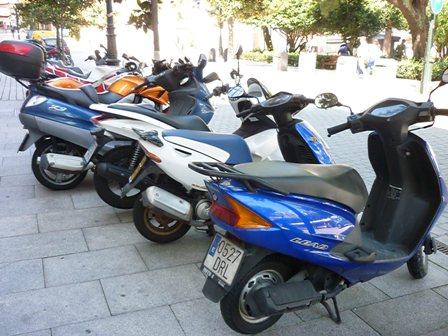 motos-aparcadas-en-praza-compostela