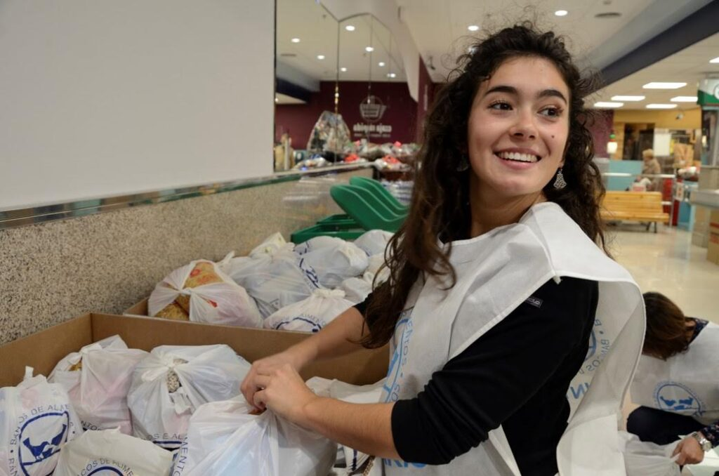 una-voluntaria-en-plena-gran-recogida-solidaria