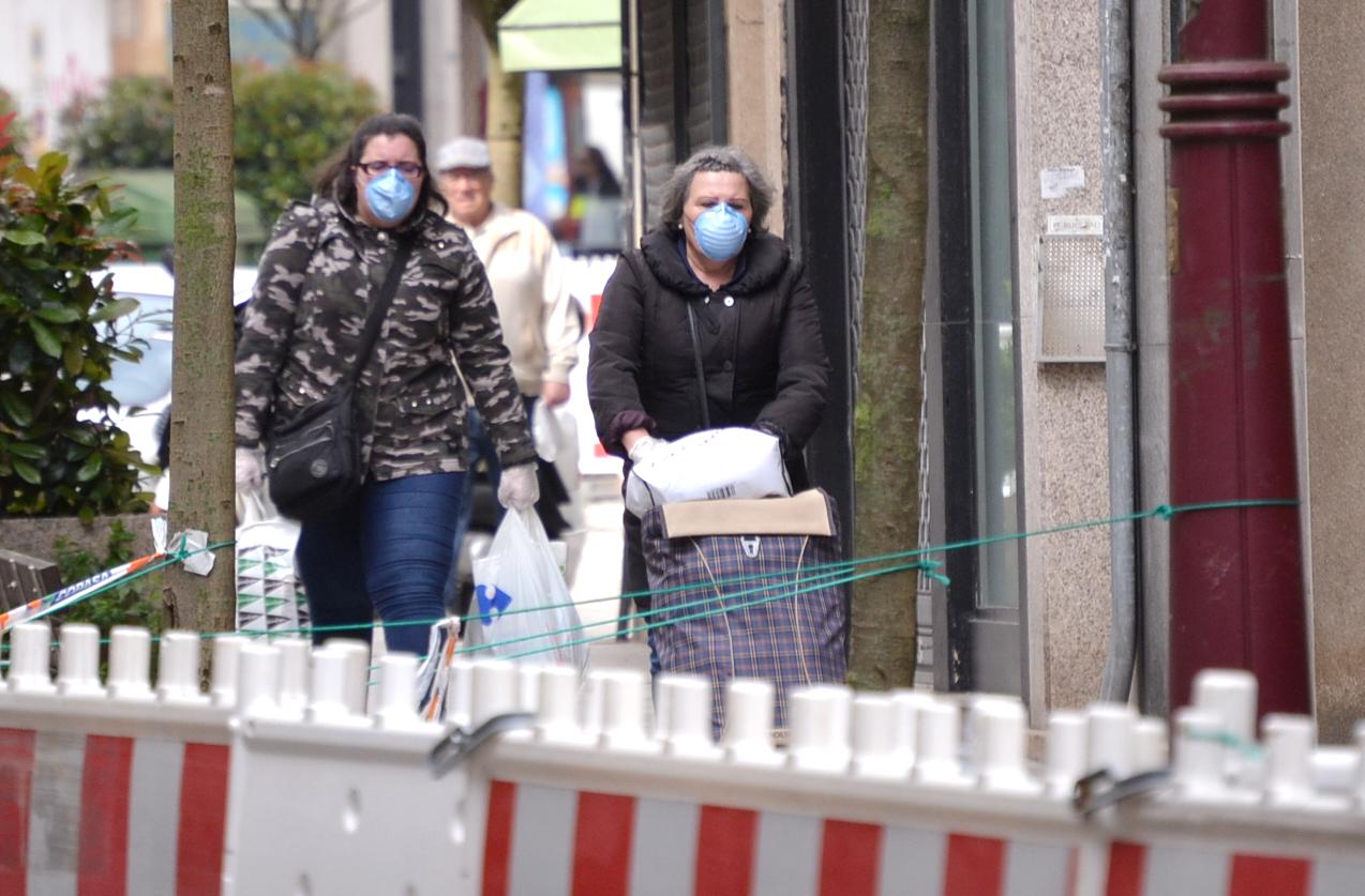 Dos mujeres con mascarilla en Vigo vigoalminuto.com