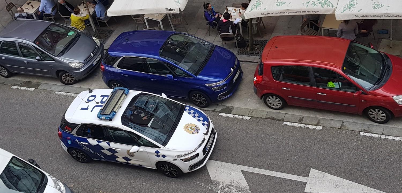 Policía Local de Vigo inspeccionando una terraza