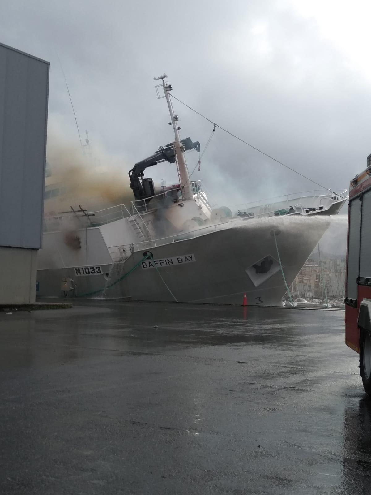 El pesquero Baffin Bay ardiendo en Vigo