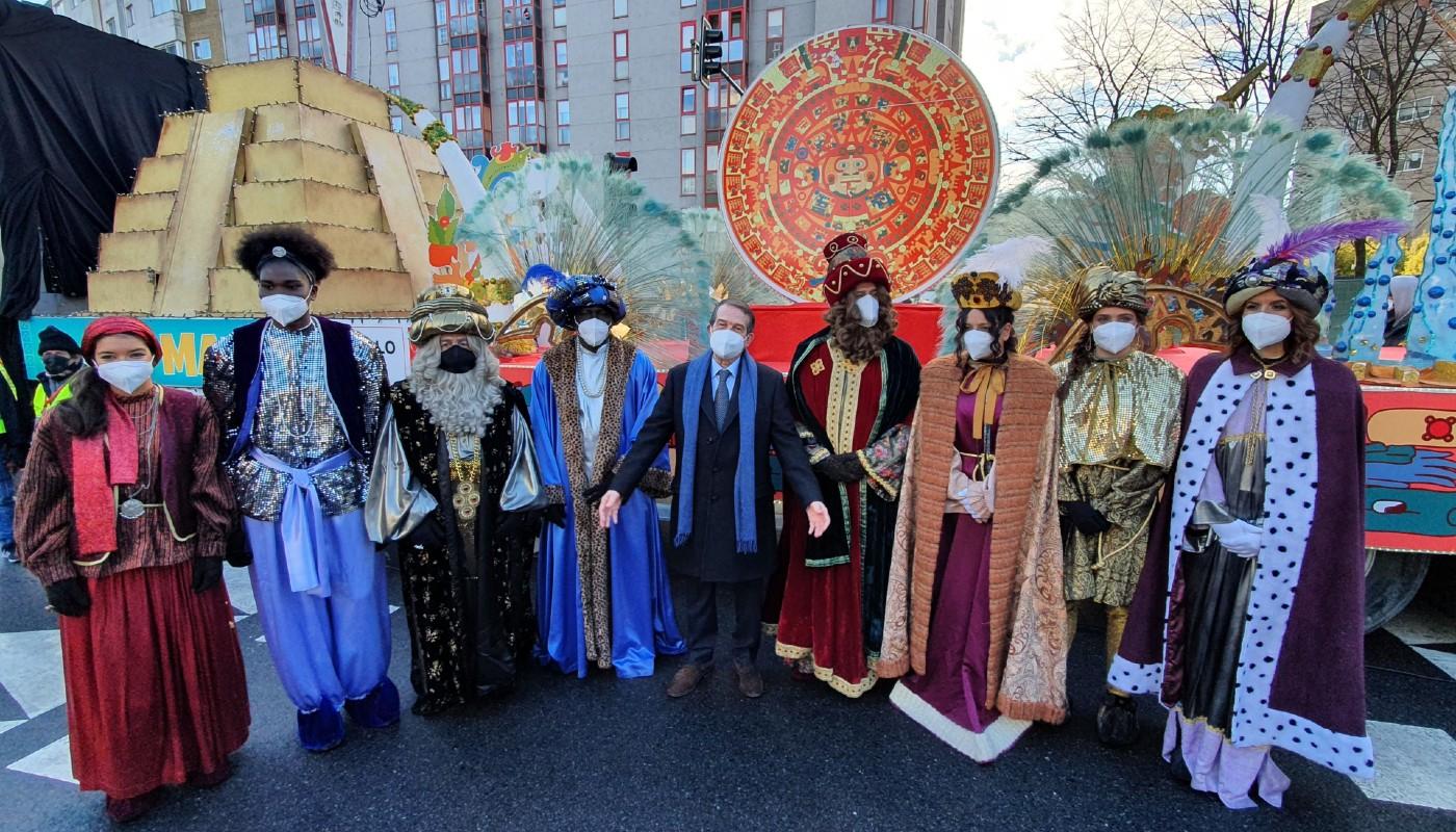 Los Reyes Magos con el alcalde y sus pajes