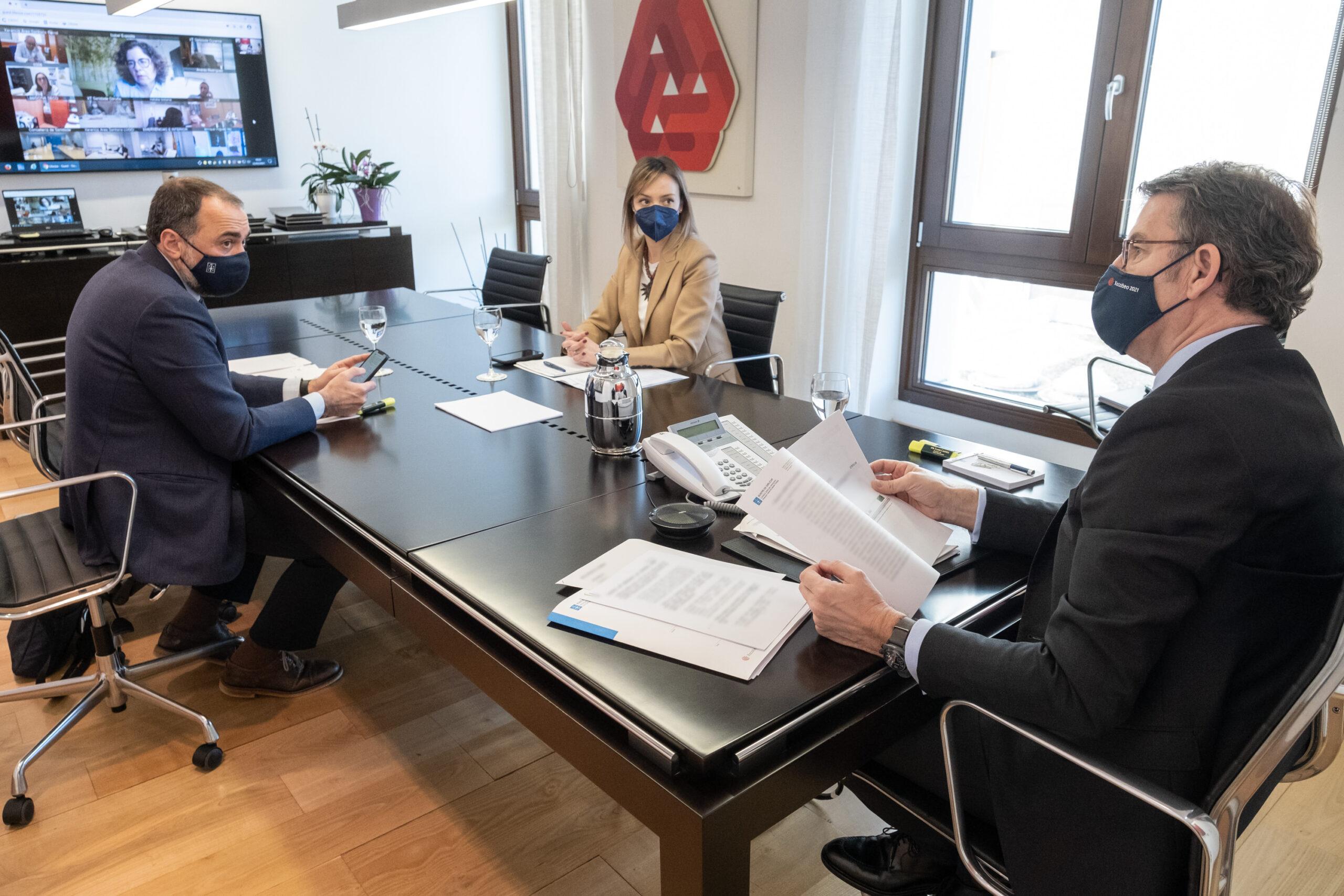 El titular del Gobierno gallego, Alberto Núñez Feijóo, se reúne por videoconferencia con el comité clínico de expertos sanitarios.