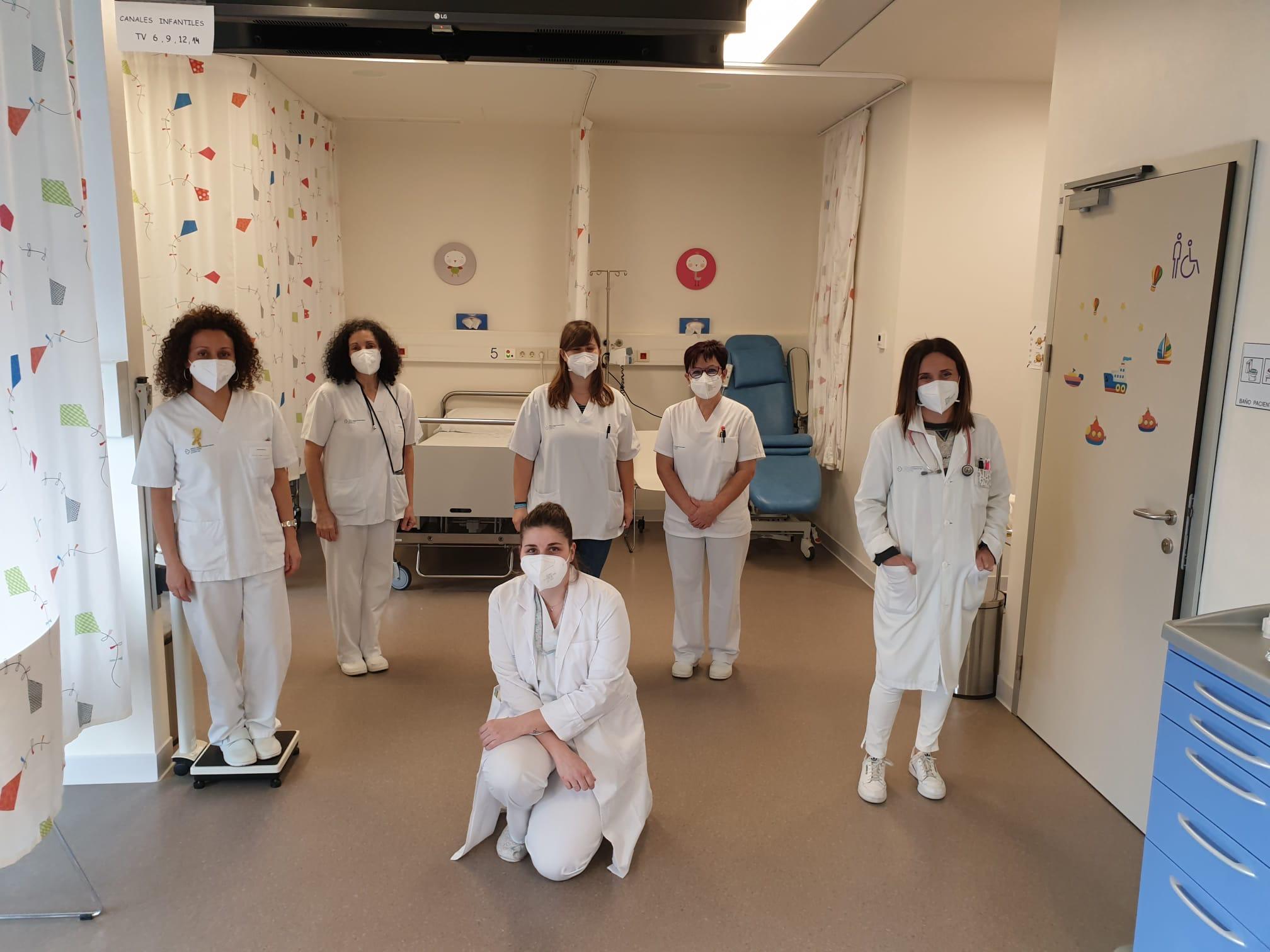 parte do equipo da Unidade de Oncoloxía Pediátrica. Á dereita da foto, ao carón da porta, a oncóloga Cristina Lorenzo