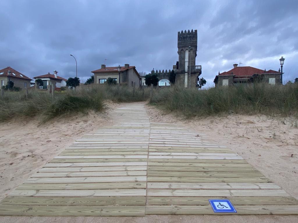 Novo solárium para persoas con mobilidade reducida, en Praia América
