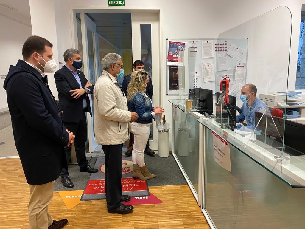 Vecinos de Ceboleira entregan firmas en la Diputación