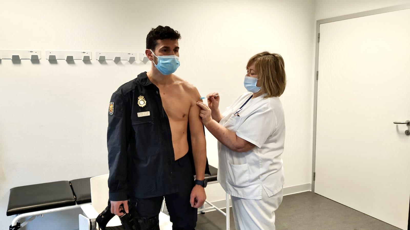 Policía Nacional de Vigo vacunándose