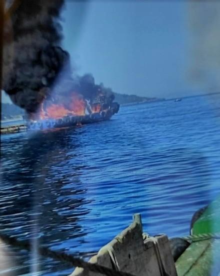 Bateeiro ardiendo en Bueu