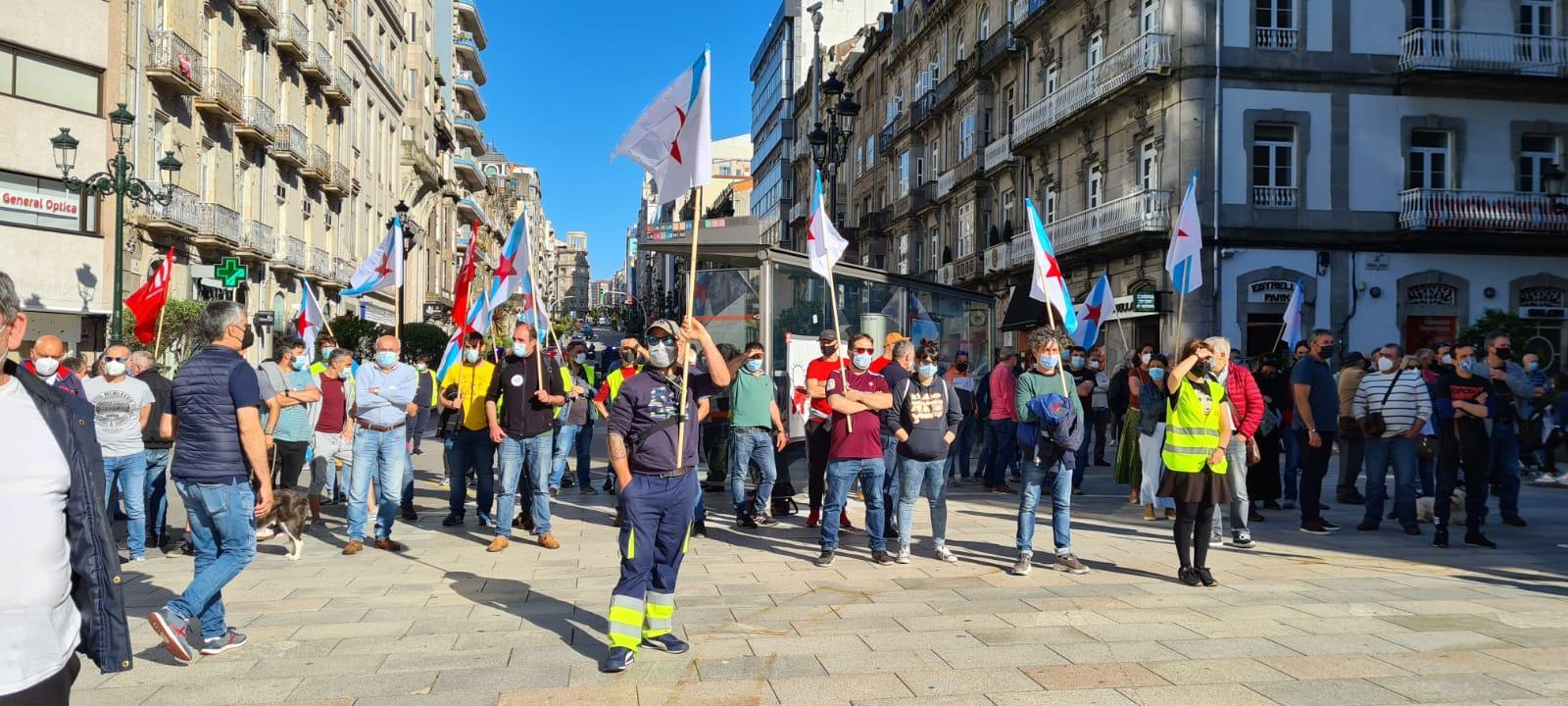 Centos de persoas saen á rúa en Vigo para apoiar o Naval