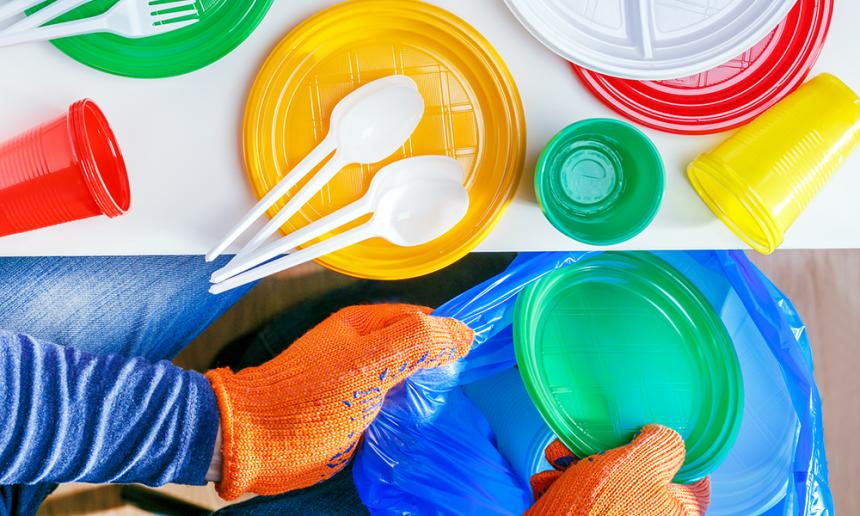Platos de plástico pajitas y bastoncillos