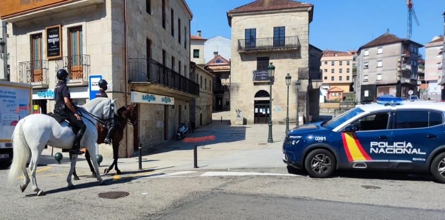 La Unidad de Caballeria de la Policia patrulla los montes de Vigo