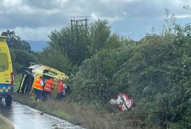 Dos técnicos sanitarios del 061 heridos al volcar en Tomiño la ambulancia en la que viajaban