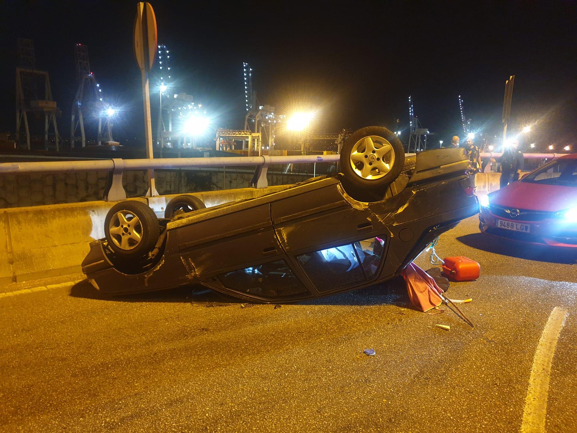 Herido grave al volcar el coche que conducía en Sanjurjo Badía