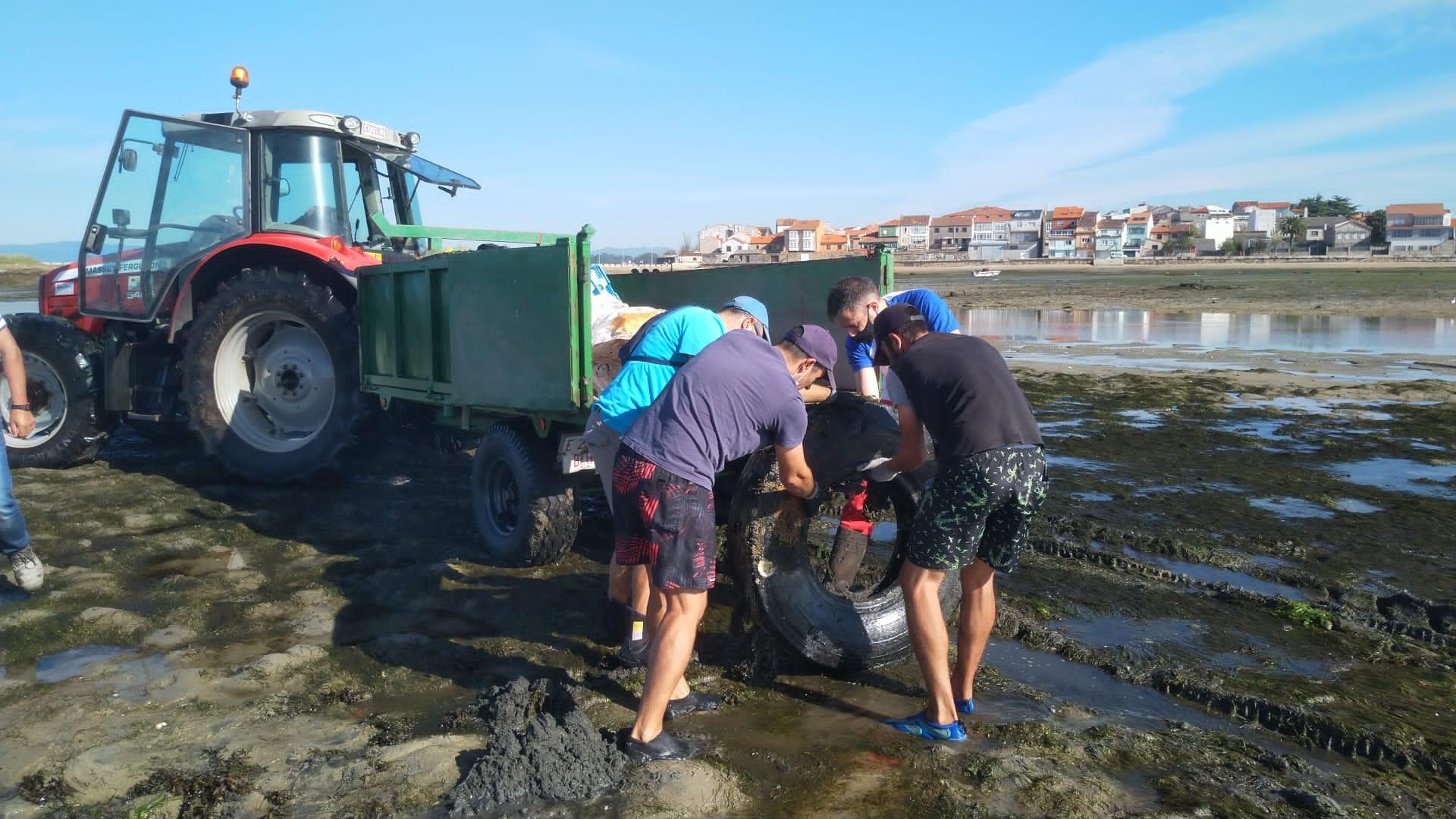 Mariscadoras e voluntarios de Afundación retiran 1.600 quilos de residuos de fondos marisqueiros